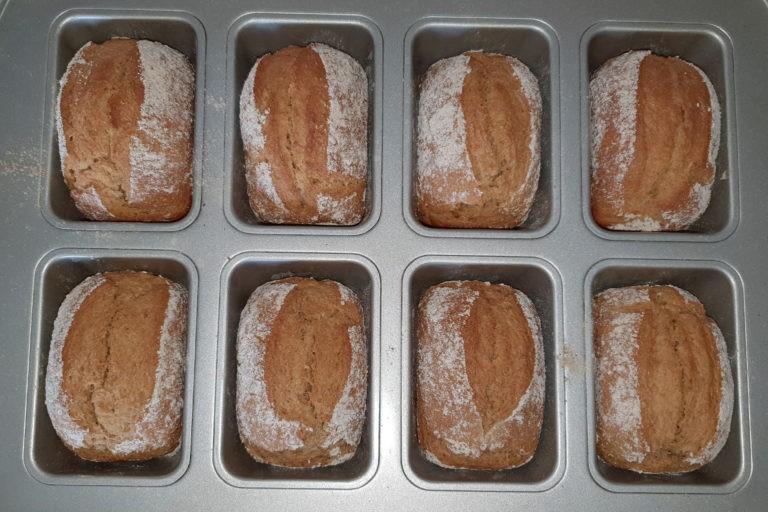 frisch gebackene Broetchen in Backformen