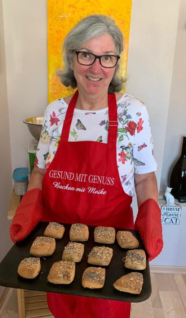 Frau Jaehrling mit frisch gebackenen Broetchen