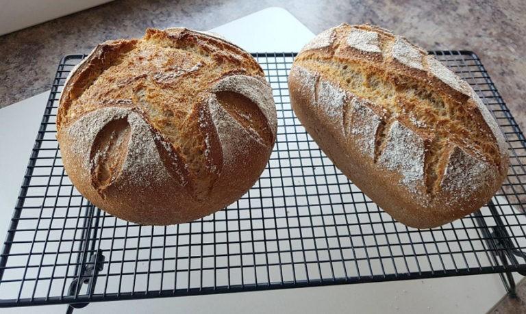 2 Brote auf Abkühlgitter