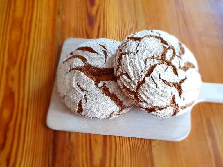 2 runde Brote auf einem Holzbrett