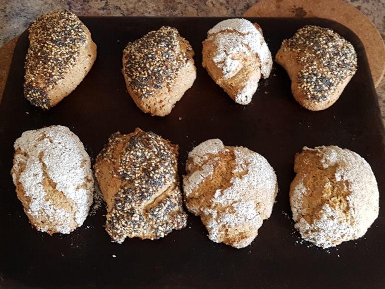 frisch gebackene Broetchen auf dem Backblech