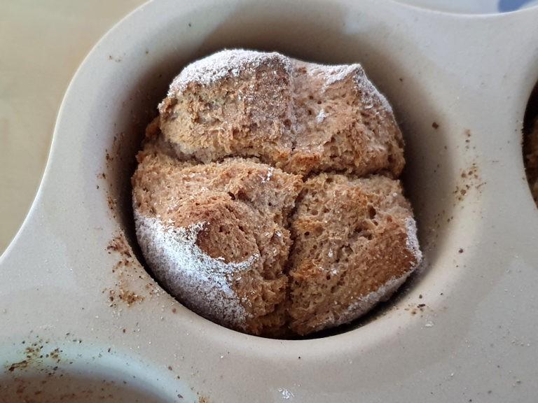 frisch gebackenes Broetchen in Backform