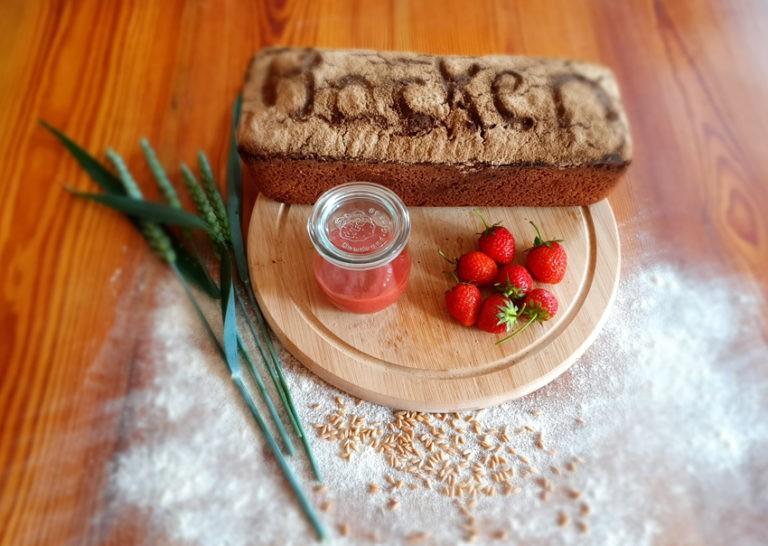 Brot mit Erdbeeren und Ähren